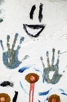 Graffiti-Grunge-Form des Handsymbols auf Steinmauer foto