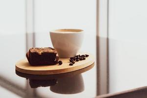 Cappuccino und Brownie im Café angebraten. Coffeeshop-Konzept foto
