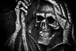 gruseliger Halloween-Symbolschädel auf Grabstein foto