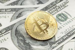 Bitcoin-Münze auf Dollar-Banknoten. Kryptowährung auf US-Dollar-Scheinen foto