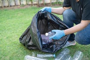 asiatische frau freiwillig tragen wasser plastikflaschen foto