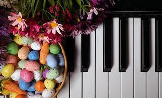 Ostereier und Klaviertasten und Blumen foto