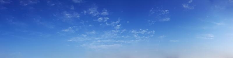 leuchtender Farbpanoramahimmel mit Wolke an einem sonnigen Tag. foto