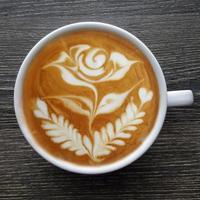 Blick von oben auf eine Tasse Latte-Art-Kaffee. foto