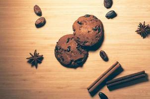 Schokoladenkekse mit Gewürzen und Kakaobohnen auf dem Tisch foto