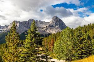 Blick auf die Rocky Mountains vom Park in Alberta, Kanada foto