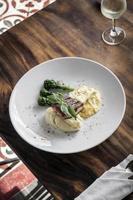 gegrilltes Lachs-Fischfilet mit Kartoffelpüree und Dijon-Senf-Sahnesauce foto