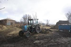 alter Traktor auf einem Feld foto