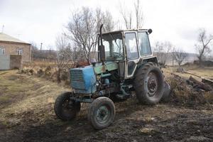 Traktor auf einem Feld foto