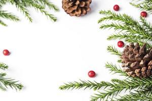 Weihnachtsdekoration aus Tannenzapfen und Blättern foto
