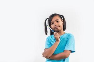 kleines Mädchen beim Zähneputzen in Studioaufnahme foto