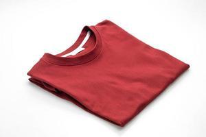 gefaltetes T-Shirt isoliert auf weißem Hintergrund foto