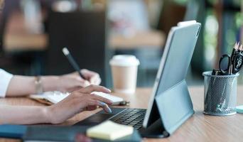 Geschäftsfrau Anlageberaterin analysiert Unternehmen foto