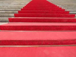 roter teppich im treppenhaus foto