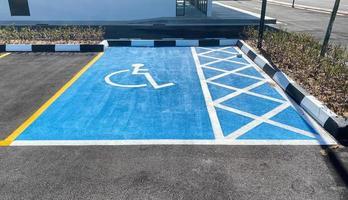 Blick auf einen Behindertenparkplatz in hellblauer Farbe foto