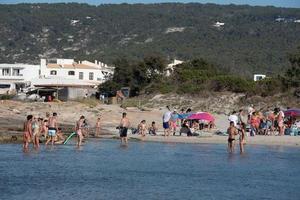 Leute, die im Sommer 2021 den Strand von Es Calo auf Formentera genießen. foto