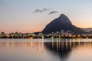 Sonnenuntergang auf der Lagune Rodrigo de Freitas in Rio de Janeiro, Brasilien foto