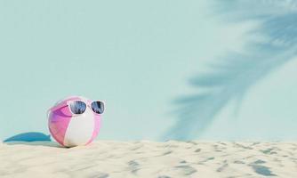 Ball mit Sonnenbrille auf Strandsand foto