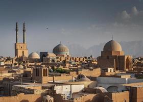Downtown Dächer Windtürme und Landschaftsblick auf die Altstadt von Yazd im Iran foto