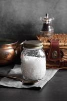 Frankreich Meersalz in Glasflasche auf Küche rustikalen Stil foto