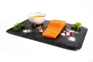 frisches Stück Forelle mit Olivenöl foto
