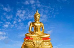 buddha auf blauem himmel hintergrund buddhismus glaube foto
