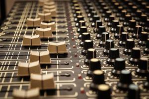 Mischwerkzeug für einen Toningenieur in einem professionellen Tonstudio foto