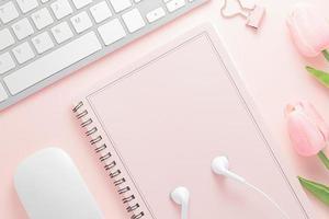 Schreibtisch Tischplatte Ansicht mit Bürobedarf, rosa Tisch mit Kopienraum, rosa Farbe Arbeitsplatzzusammensetzung, flache Lage foto