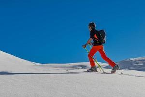 Skialpinismus bergauf in den italienischen Alpen foto