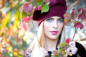 blondes Mädchen mit blauen Augen foto