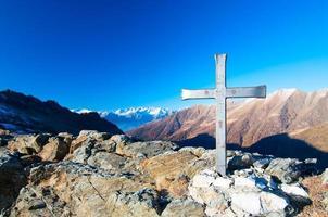 einen Berg mit einer Landschaft überqueren foto