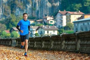 High-Level-Langläufer beim Training in der Stadt foto