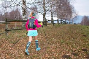 Nordic-Walking-Mädchen im Herbstweg foto