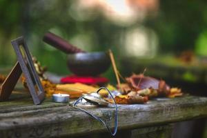 Yoga-Meditationsobjekte auf Holztisch im Freien foto