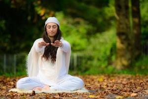 Yogalehrer übt Übungen foto