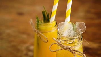 Flasche Orangensaft mit Eiswürfeln, selektiver Fokus foto