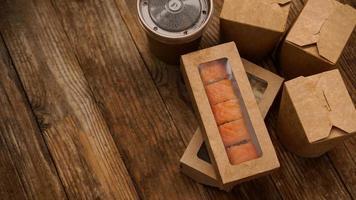 asiatische Essenslieferung. Verpackungen für Sushi und Woks. Lebensmittel foto