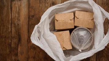 asiatische Essenslieferung. Lebensmittel in Behältern und in einer Verpackung foto