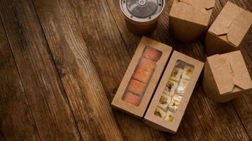 asiatische Essenslieferung. Verpackung für Sushi und Woks foto