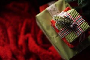 schöne weihnachtsgrüne geschenkboxen unter dem weihnachtsbaum foto
