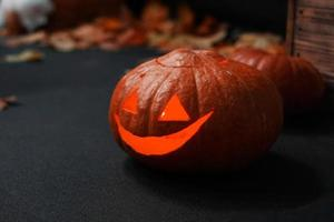 Halloween-Kürbis vor gruseligem dunklem Hintergrund. foto