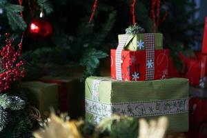 schöne weihnachtsgrüne und rote geschenkboxen unter dem weihnachtsbaum foto
