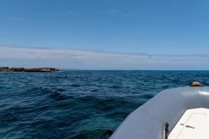 von einem Zodiac am Strand von Es Pujols auf Formentera foto