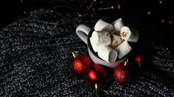 Tasse heiße Schokolade mit Marshmallow auf dunklem Hintergrund foto