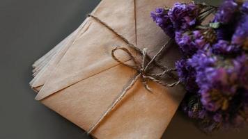 Umschläge mit trockenem Lavendel. Vintage-Buchstaben foto