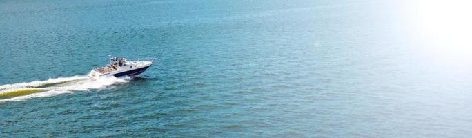 Sommermeerblick mit klarem blauem Wasser, Yacht. Raumhintergrund kopieren. foto