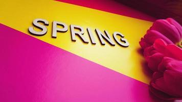 Frühling Konzept. Strauß Tulpen auf buntem Hintergrund foto