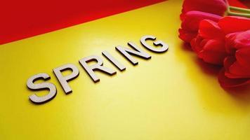 Frühling Konzept. Strauß Tulpen auf buntem Hintergrund. foto