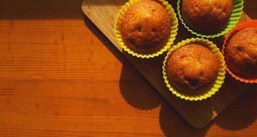 einfache Mini-Muffins in bunten Silikon-Backformen. Freiraum. Nahaufnahme foto