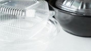 schwarz-weißer Lebensmittelbehälter aus Kunststoff auf weißem Hintergrund foto